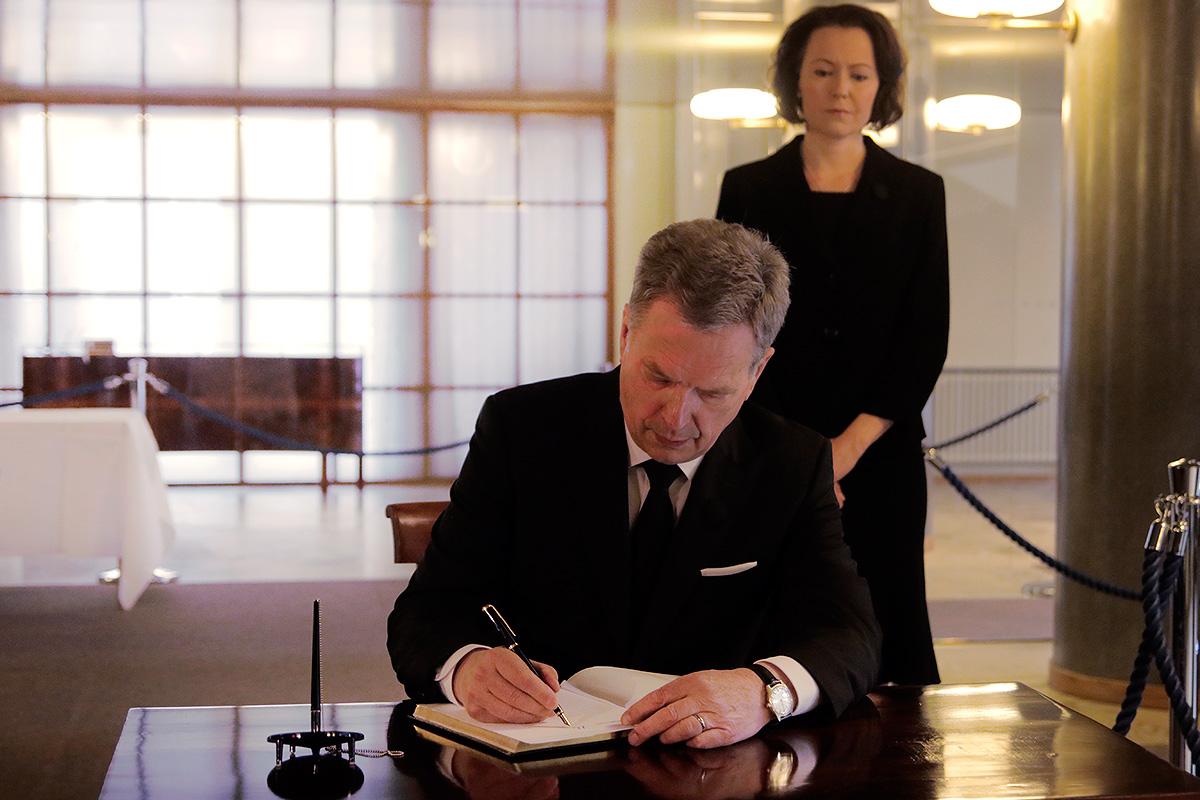 WATCH: President and the Public Express Their Condolences to Former President Mauno Koivisto