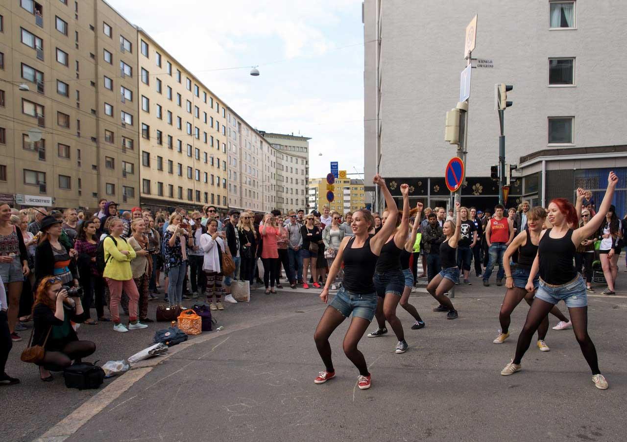 Dancers perform on Hämeentie