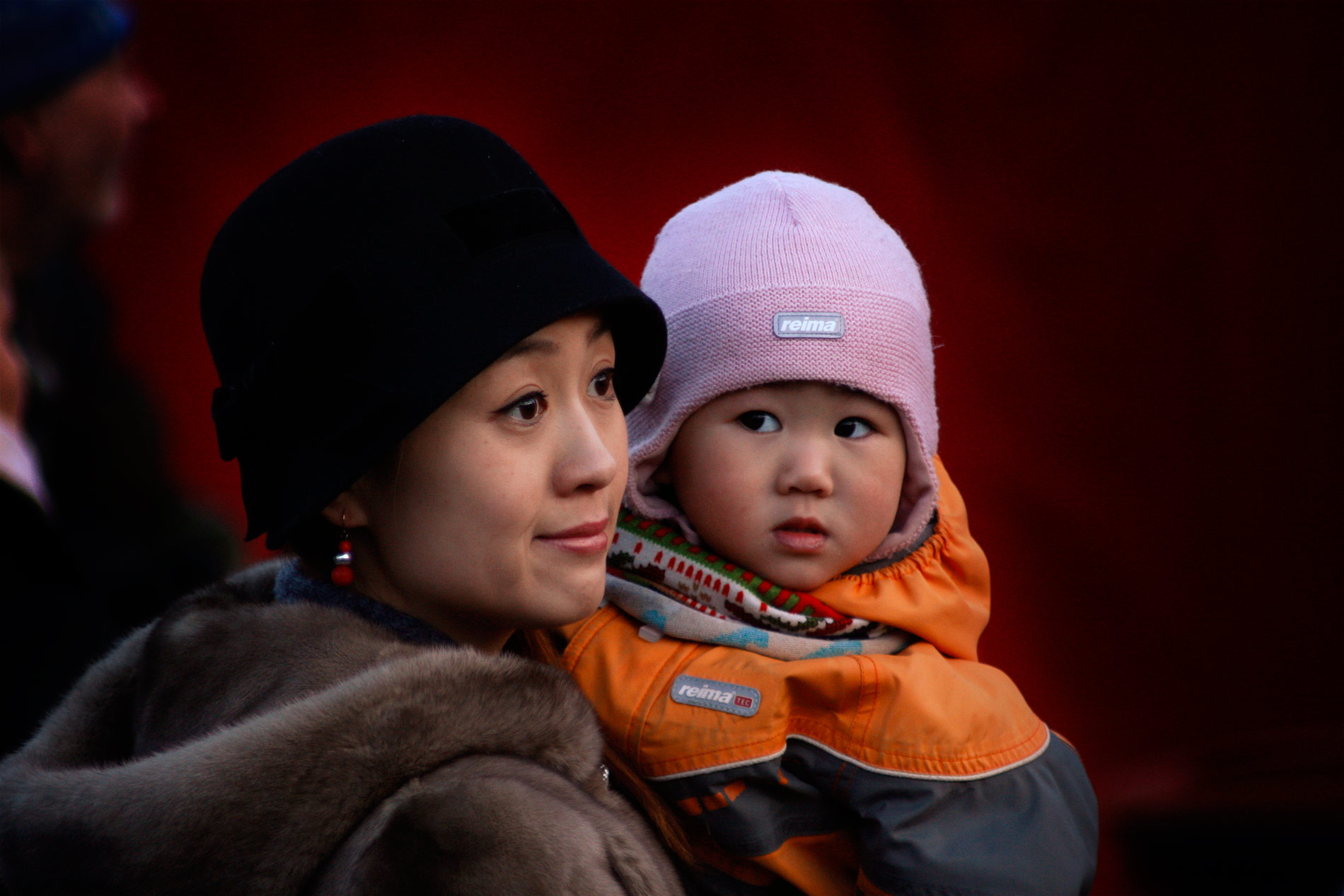 Yang Li and Cathy Zhang, 2, are curious about the crowd of hundreds surrounding them. Picture: Tony Öhberg for Finland Today
