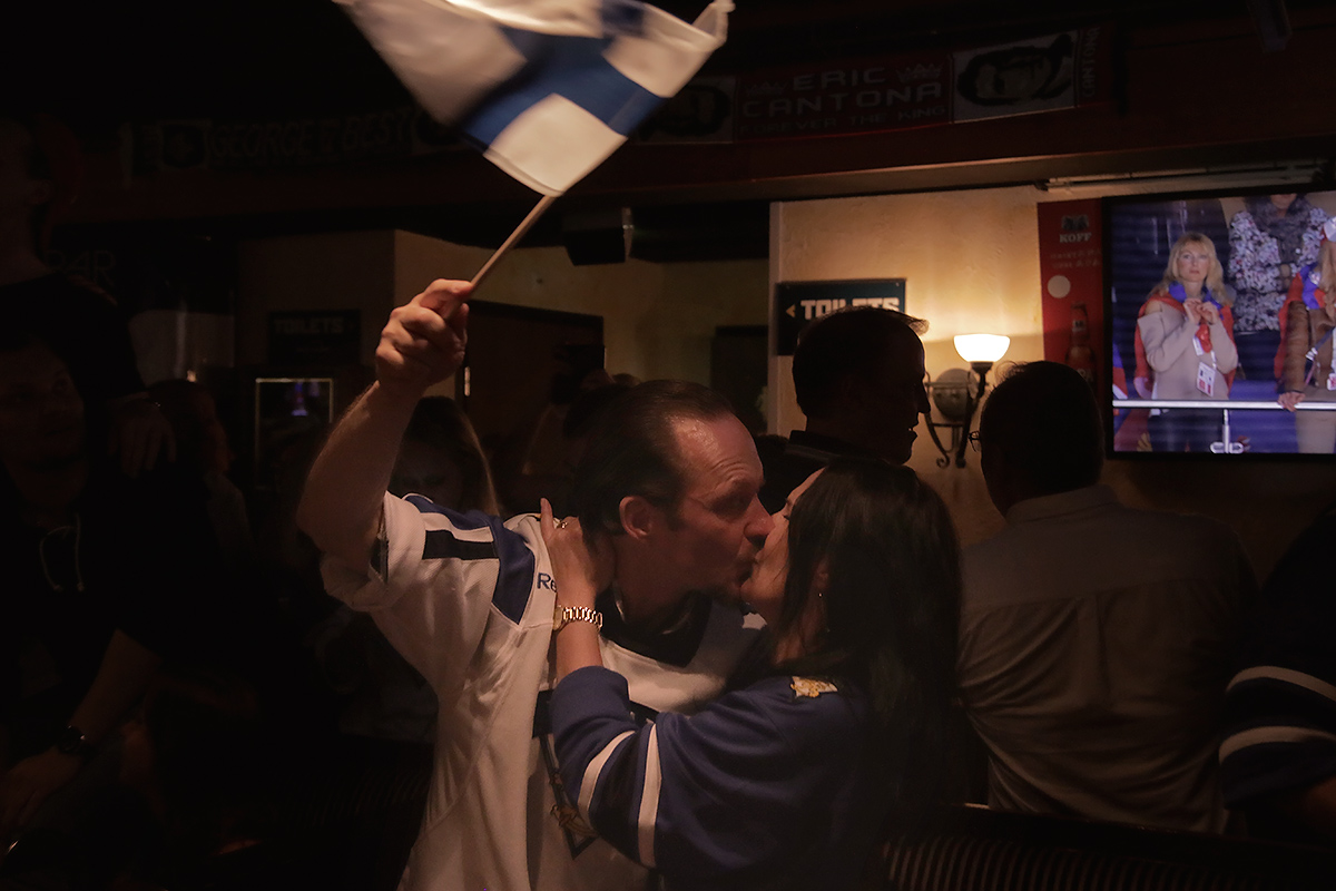 A kiss and the flag. Picture: Tony Öhberg for Finland Today