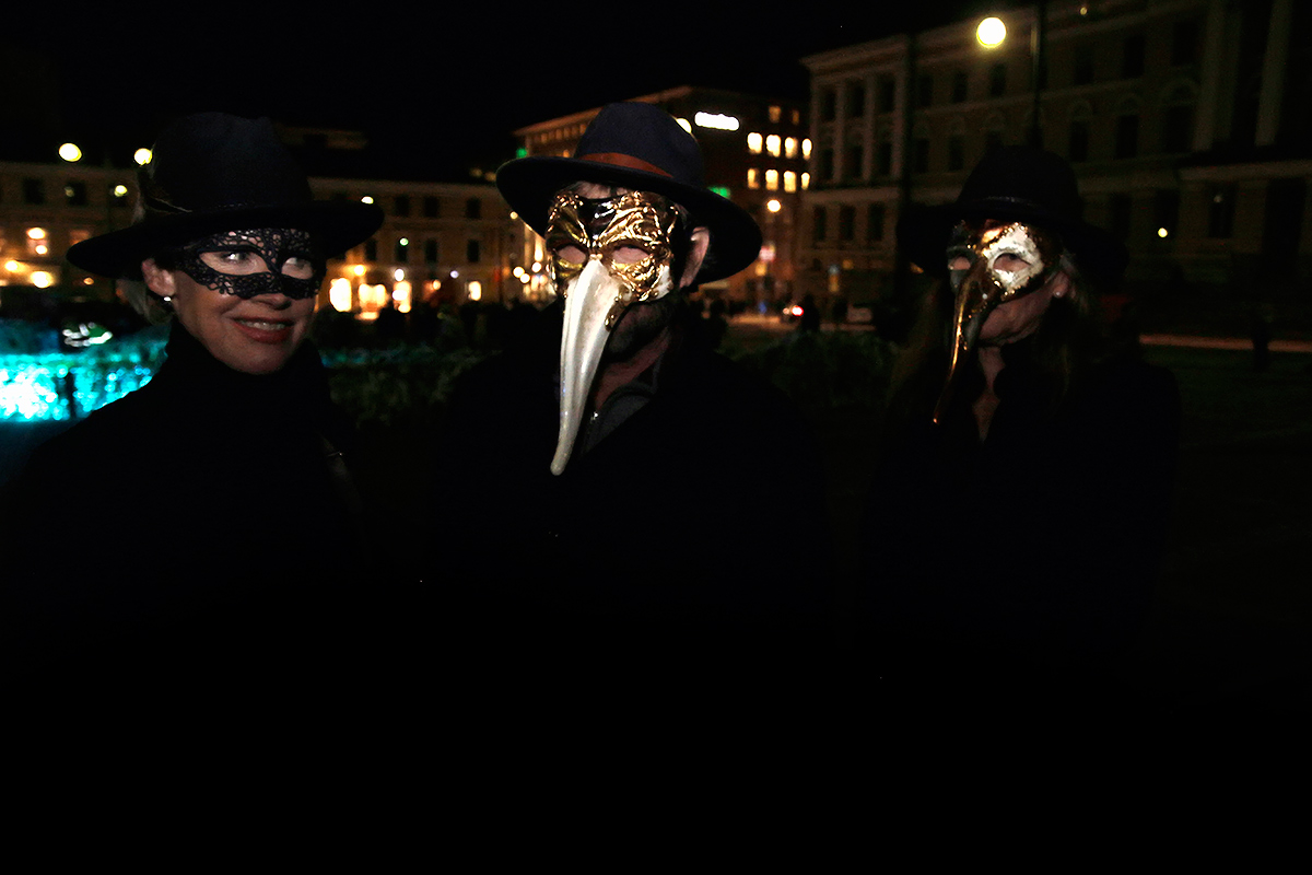 Patrons with masks visiting the Senate Square. Picture: Tony Öhberg for Finland Today