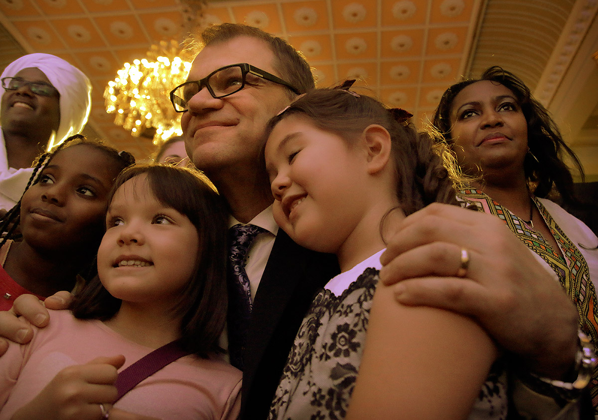 Prime minister Juha Sipilä posing with children from the audience. Picture: Tony Öhberg for Finland Today