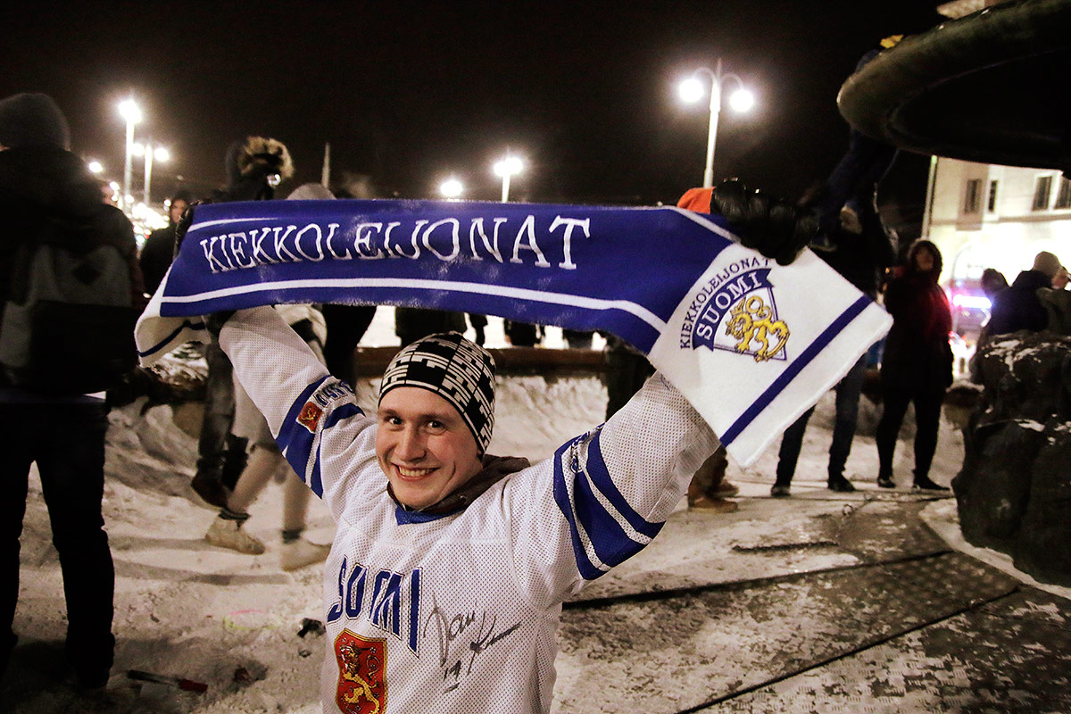 Finland Wins World Championship Gold in Junior Ice Hockey – Fans Celebrate Naked in Frost