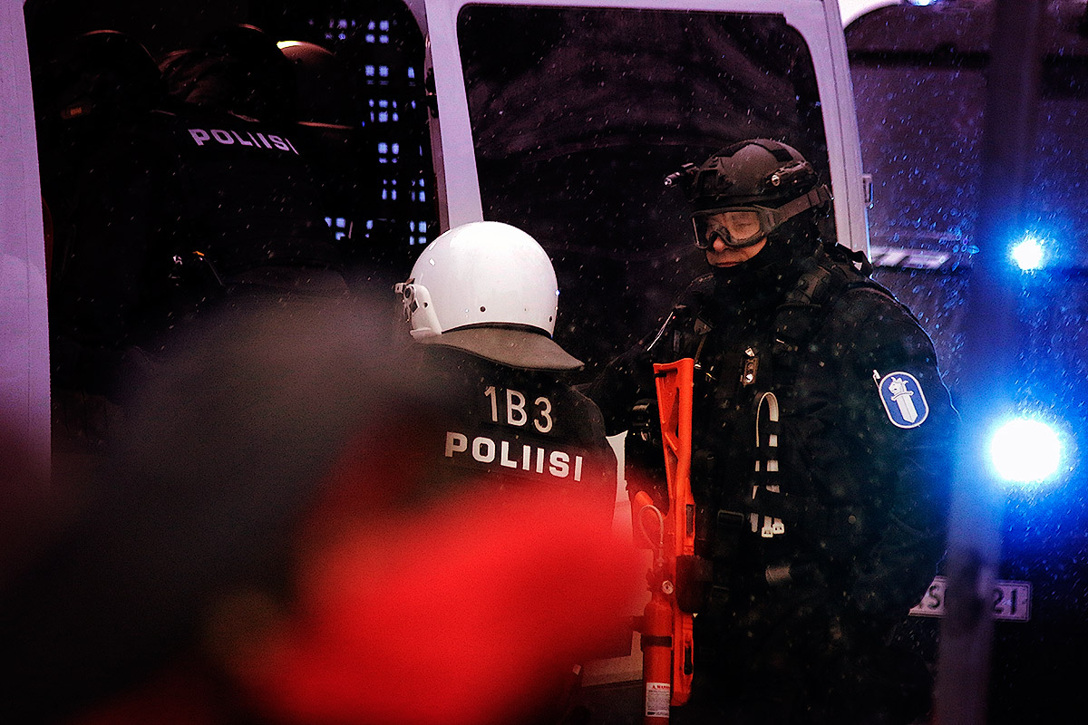 The riot police stepping into the armoured vehicle at Esplanade Park. Picture: Tony Öhberg for Finland Today