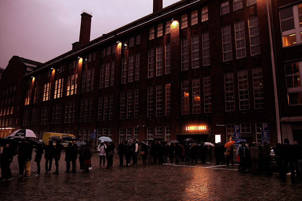 The queue was several hundred metres long. Picture: Tony Öhberg for Finland Today