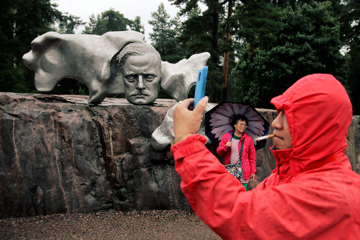 Tourists Celebrate Sibelius Monument's 50th Birthday in Pouring Rain