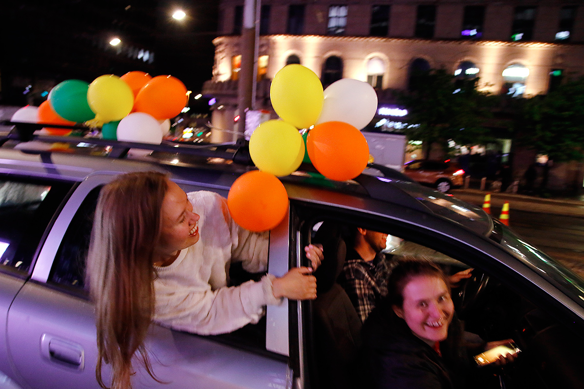 Happy honking in the car. Picture: Tony Öhberg for Finland Today