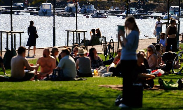 Hundreds Take Over Parks in Helsinki on Warm Wednesday; Police Peacefully Scatter Crowds