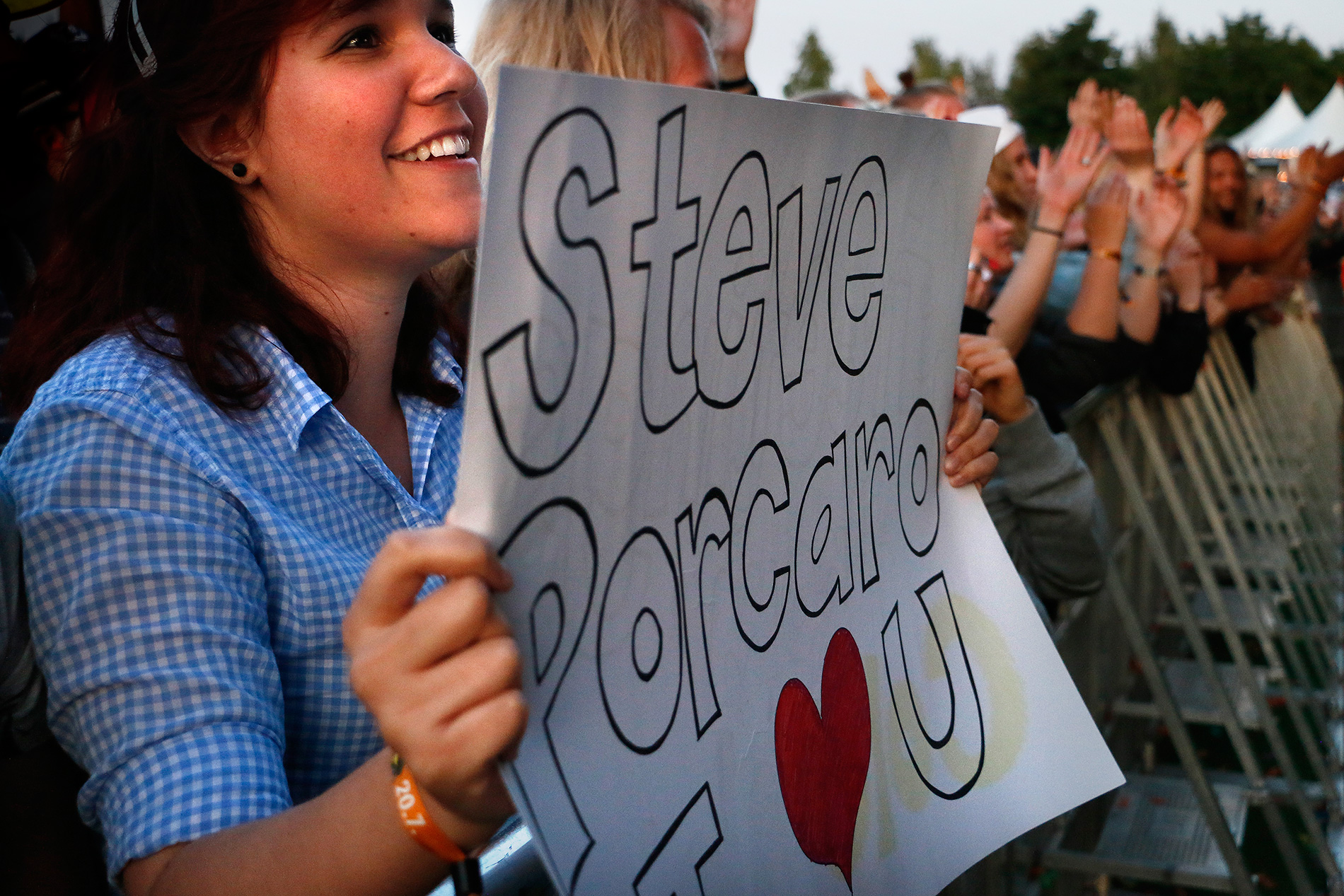A fan expressing her affection for Steve. Picture: Tony Öhberg for Finland Today